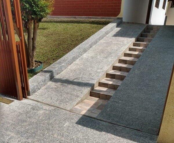 A pedra de revestimento miracema é muita usada em projetos de rampas e calçamentos