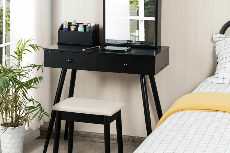 A penteadeira pequena preta é perfeita para dormitórios com espaços reduzidos