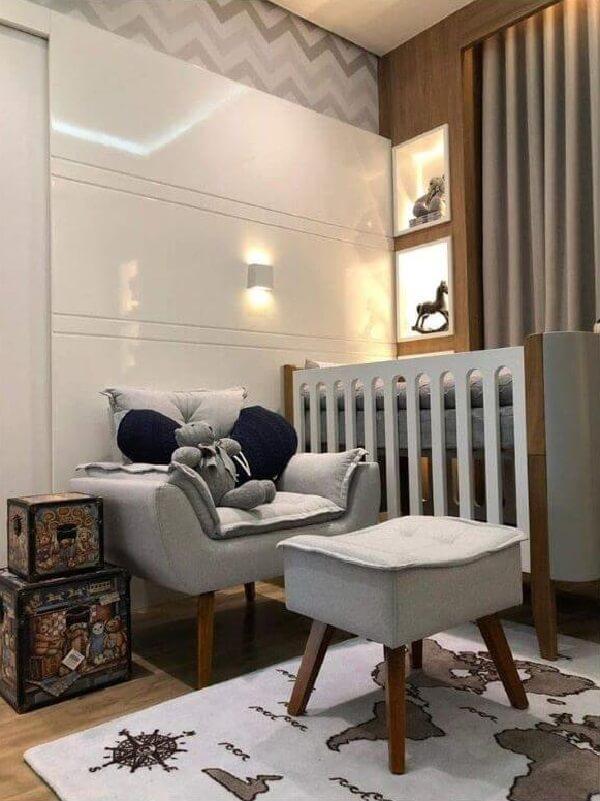 A poltrona decorativa opala pé palito decora o quarto de bebê