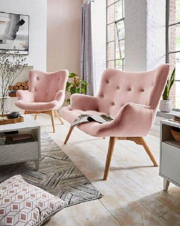 A poltrona pé palito rosa traz um toque romântico para a decoração