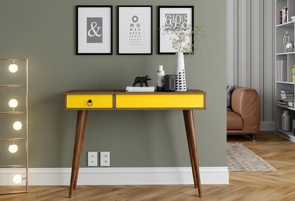 Aparador amarelo com pés de madeira e gaveta