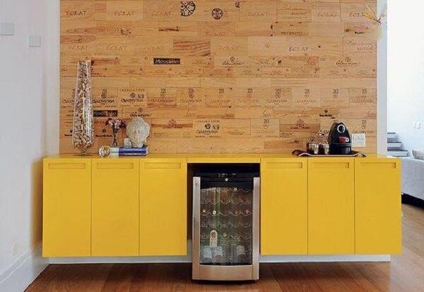 Aparador amarelo moderno suspenso feito som medida para o ambiente