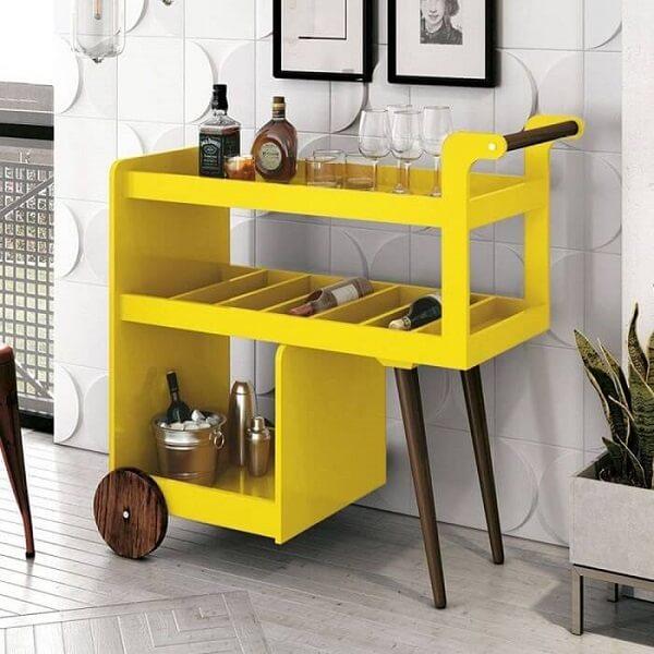 Aparador bar amarelo com design de carrinho