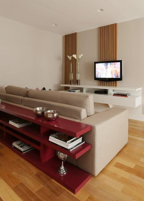 Aparador cor vinho na sala de estar neutra