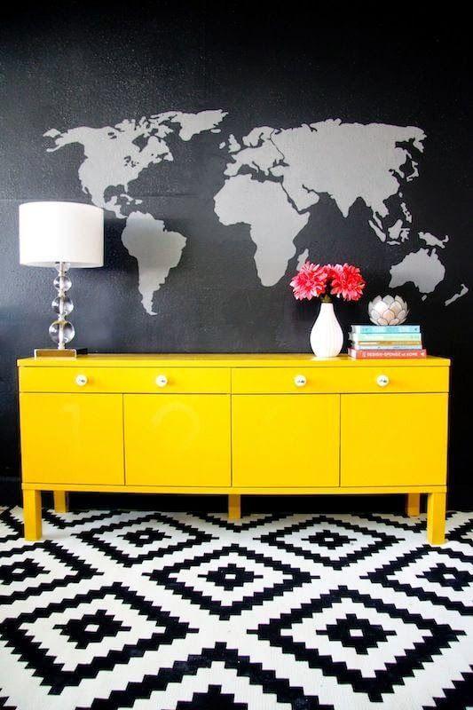 Aparador de sala amarelo com puxadores discretos