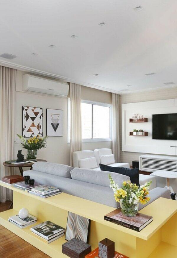 Aparador de sofá com acabamento amarelo