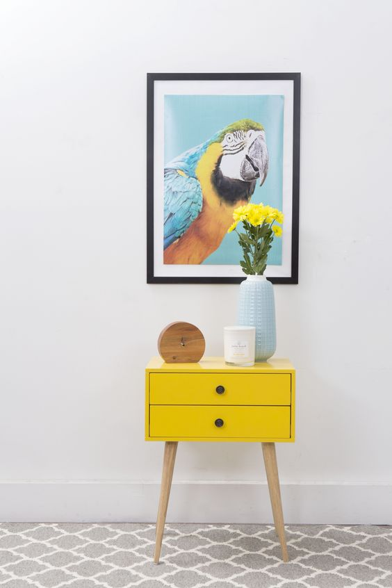 Aparador retro amarelo com quadro moderno