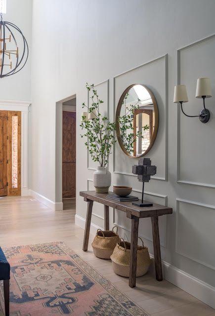 Aparador retro de madeira no corredor