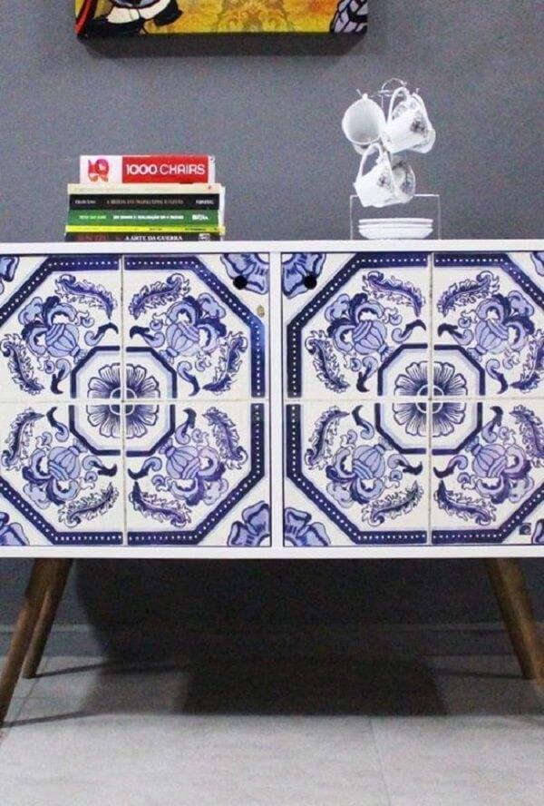 Aplicação de estampa de azulejo antigo português no móvel