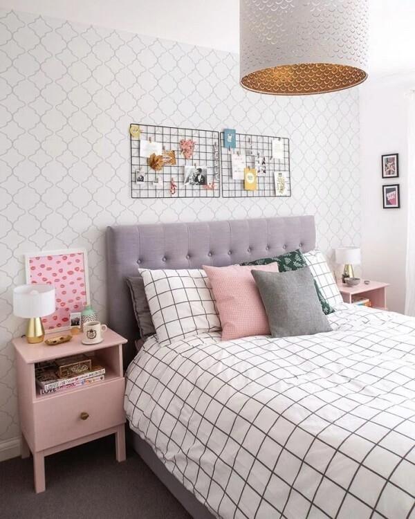 Aposte em uma decoração com mesa de cabeceira retrô rosa bebê