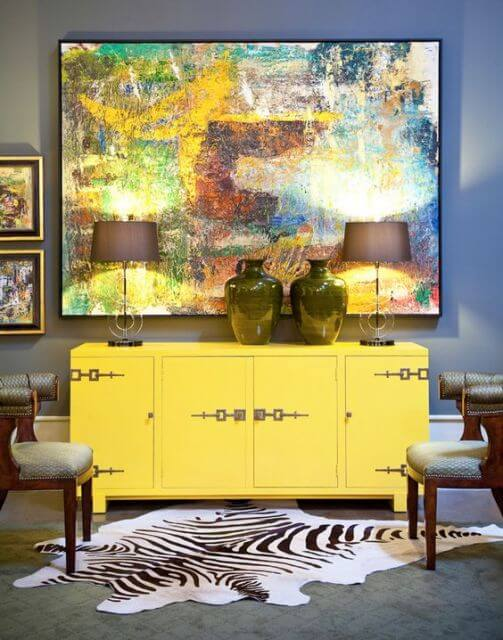 Aposte no aparador amarelo para decorar o seu ambiente