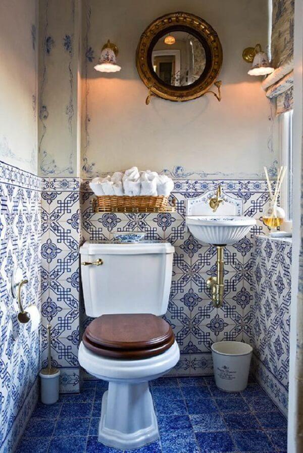 Arabescos azuis pintados na parede combinam com o azulejo antigo português