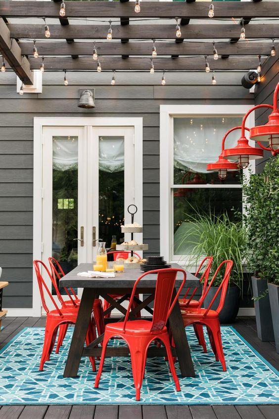 Área externa com cadeira de ferro vermelha