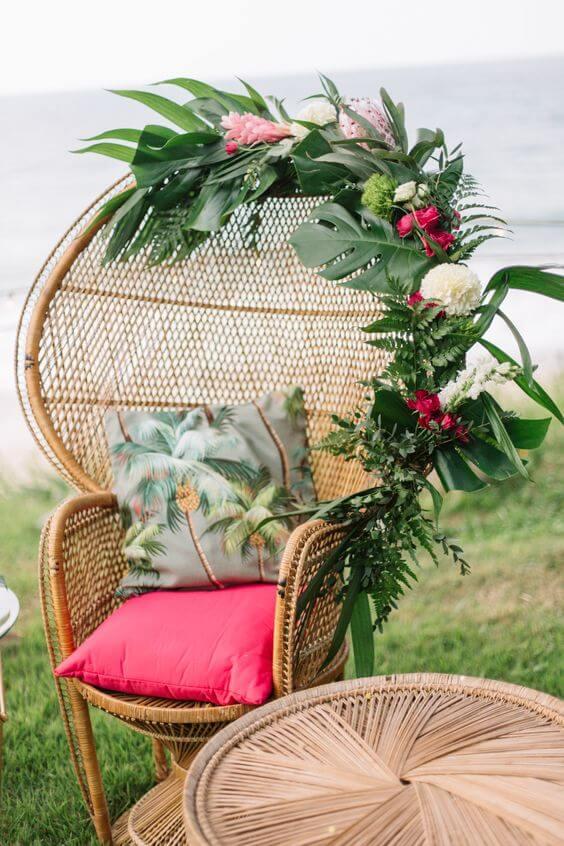 As flores são perfeitas para decorar a poltrona de vime