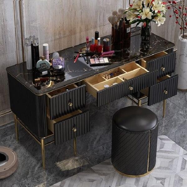 As gavetas da penteadeira preta ajudam na organização de itens e acessórios de maquiagem