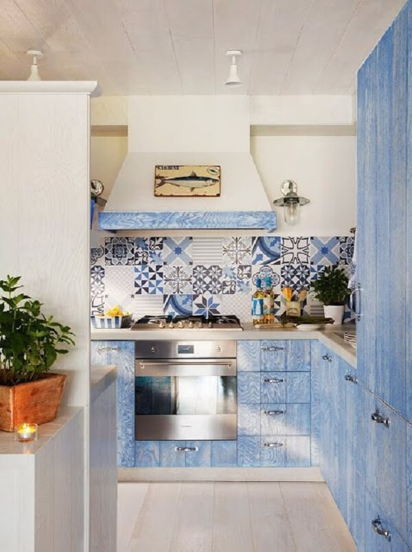 Azulejo antigo cozinha com nuances de azul que se conectam com os demais móveis do cômodo