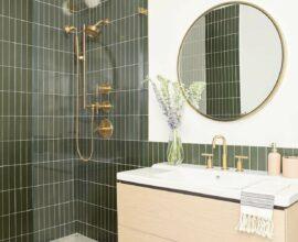 Azulejo para parede de banheiro verde decorado com gabinete suspenso de madeira clara