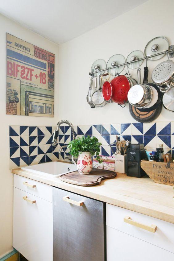Azulejo retro azul e branco na cozinha moderna