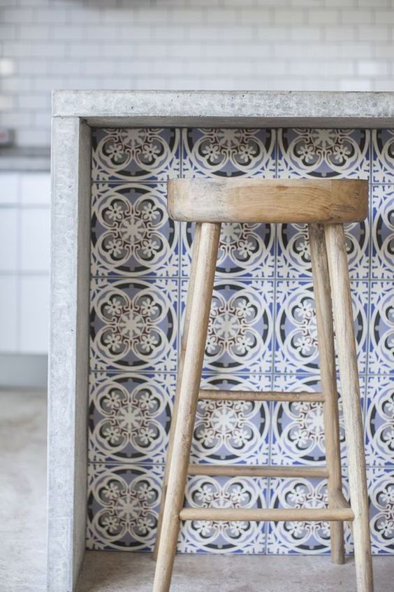 Azulejo retro na bancada da cozinha