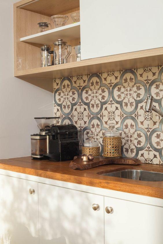 Azulejo retro na cozinha branca e de madeira