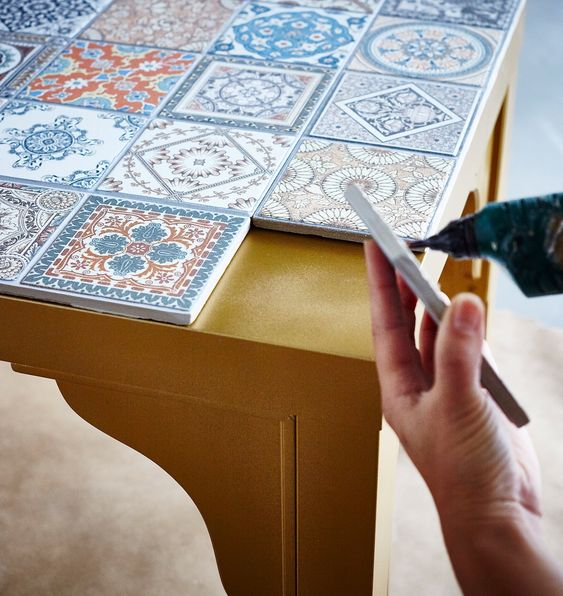 Azulejo retro na mesa moderna