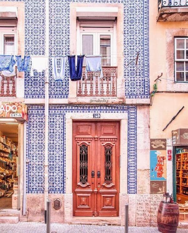 Azulejos antigos revestem a fachada do imóvel