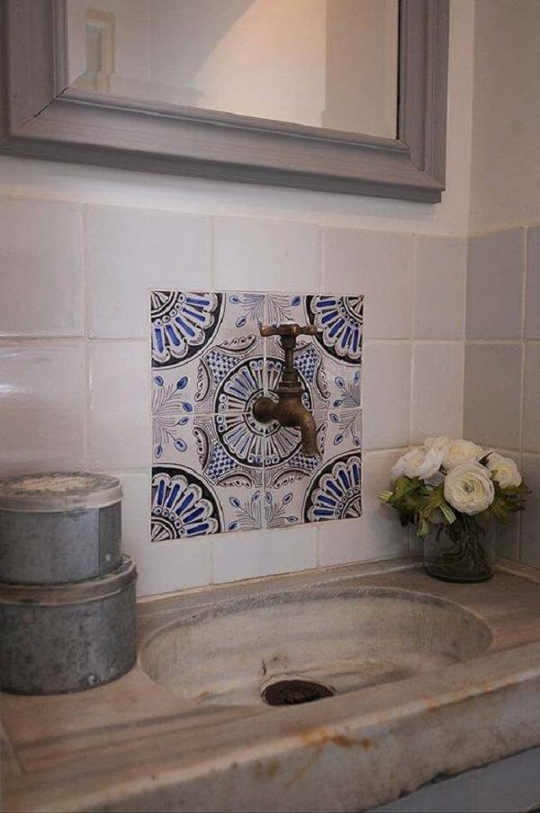 Azulejos portugueses antigos trazem um detalhe inusitado na torneira do ambiente
