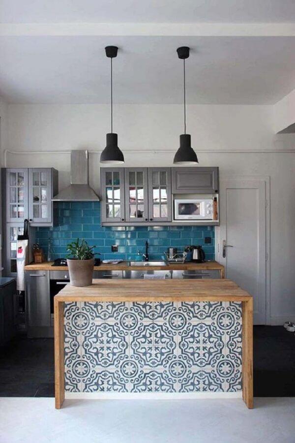 Balcão com acabamento em azulejo antigo português