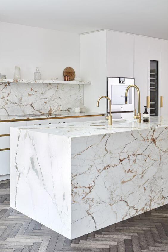 Balcão moderno com revestimento marmorizado bege e cinza