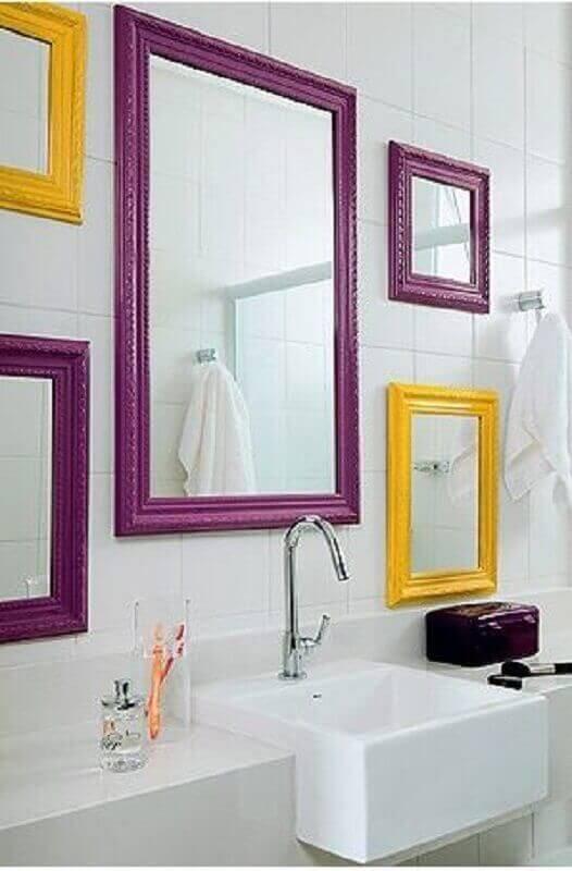 Banheiro branco com moldura colorida roxa e amarela