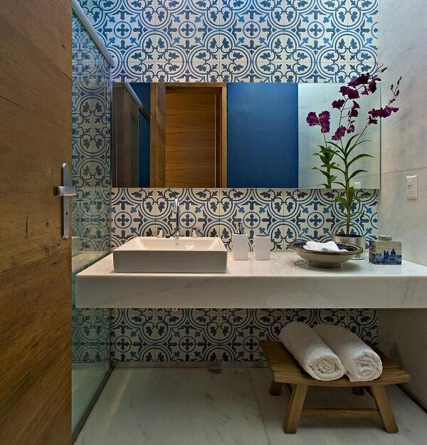 Banheiro com azulejo antigo e bancada branca
