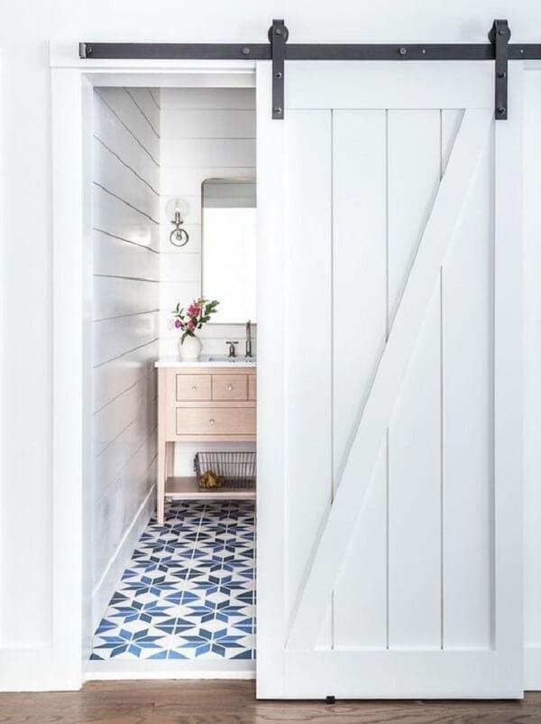Banheiro com azulejo antigo e porta de correr