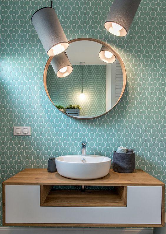 Banheiro com azulejo retro branco e turquesa