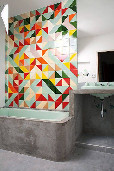 Banheiro com azulejo retro colorido