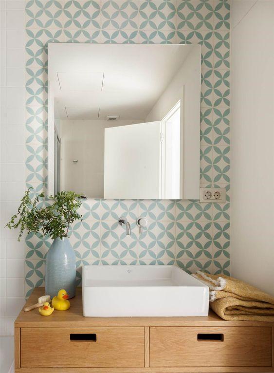 Banheiro com azulejo retro redondo e azul e branco