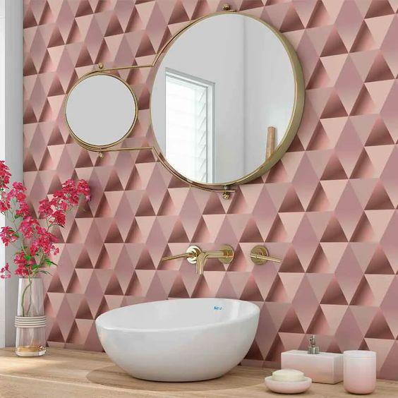 Banheiro com papel de parede rosa com triangulo