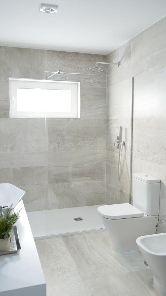 Banheiro com revestimento bege de porcelanato
