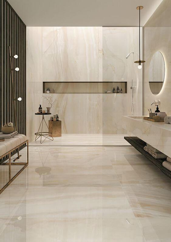 Banheiro com revestimento marmorizado bege e clássico