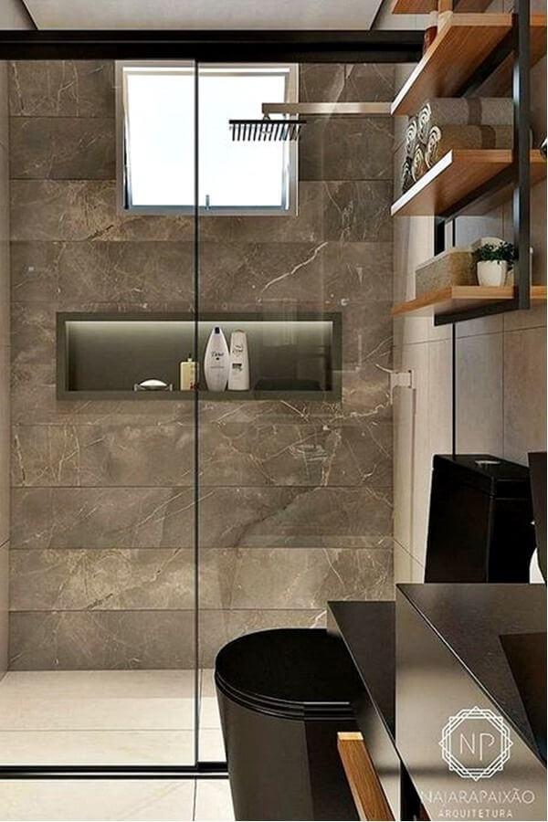 Banheiro com revestimento marmorizado marrom