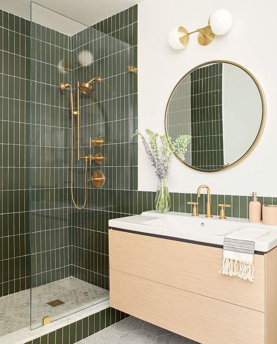 Banheiro com revestimento verde no box