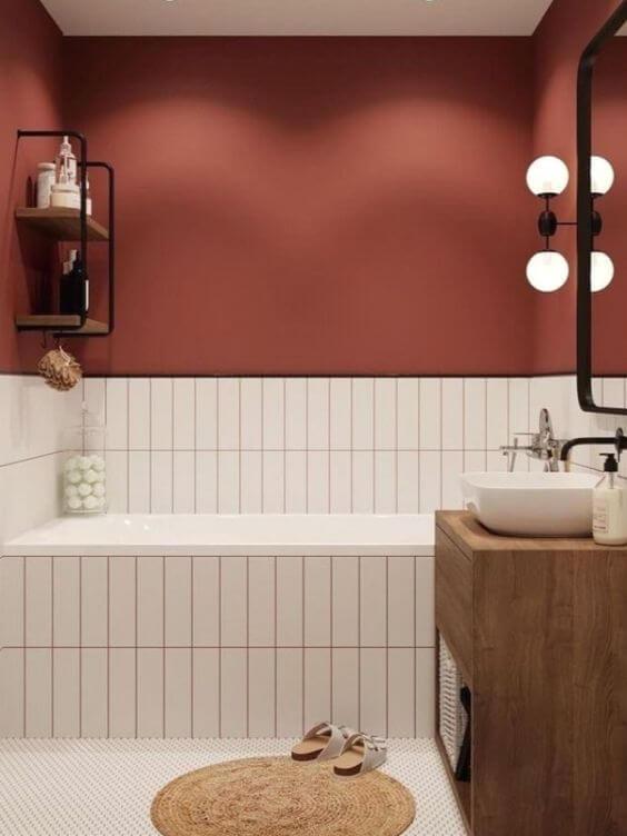 Banheiro cor vinho com revestimento branco na banheira