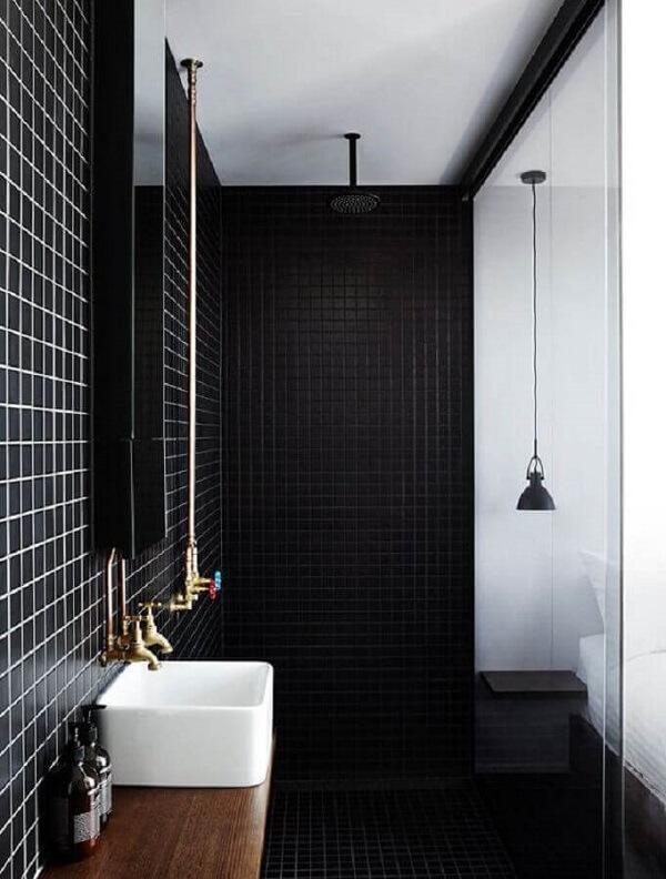 Banheiro decorado com pastilha preta reflete um ar moderno
