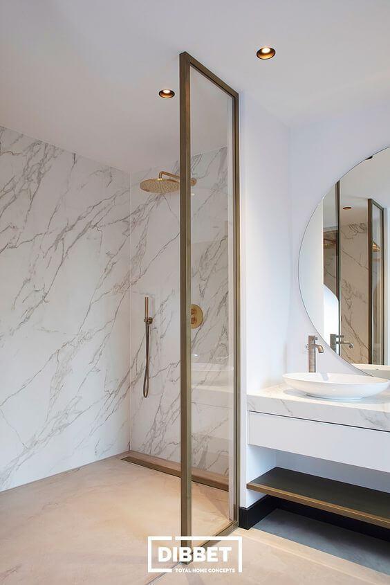 Banheiro moderno com revestimento marmorizado