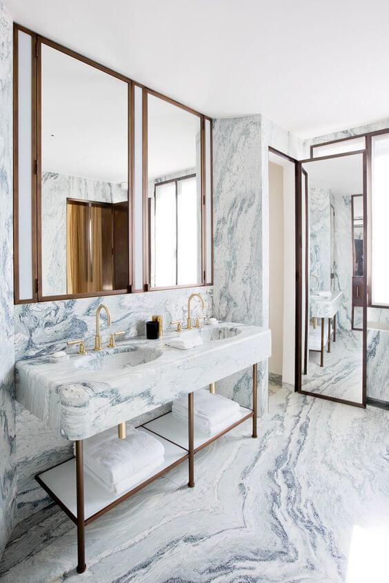 Banheiro moderno com revestimento marmorizado cinza na parede e bancada