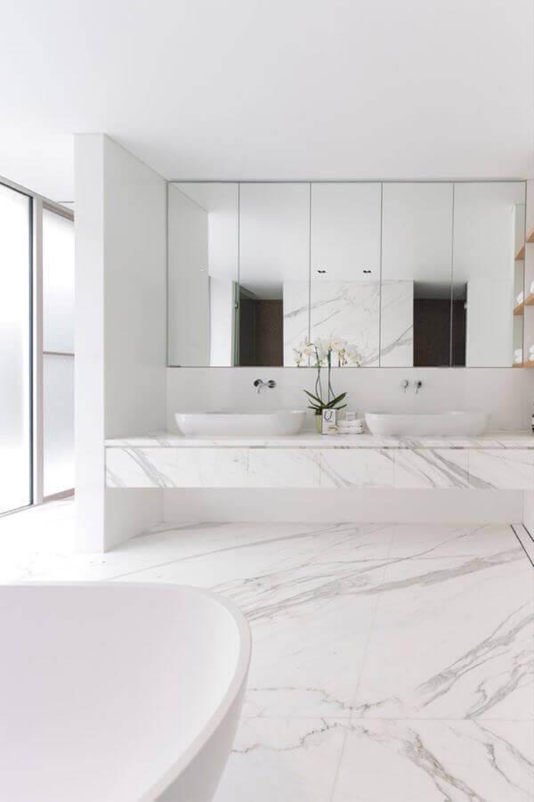 Banheiro moderno com revestimento marmorizado e enfeites brancos