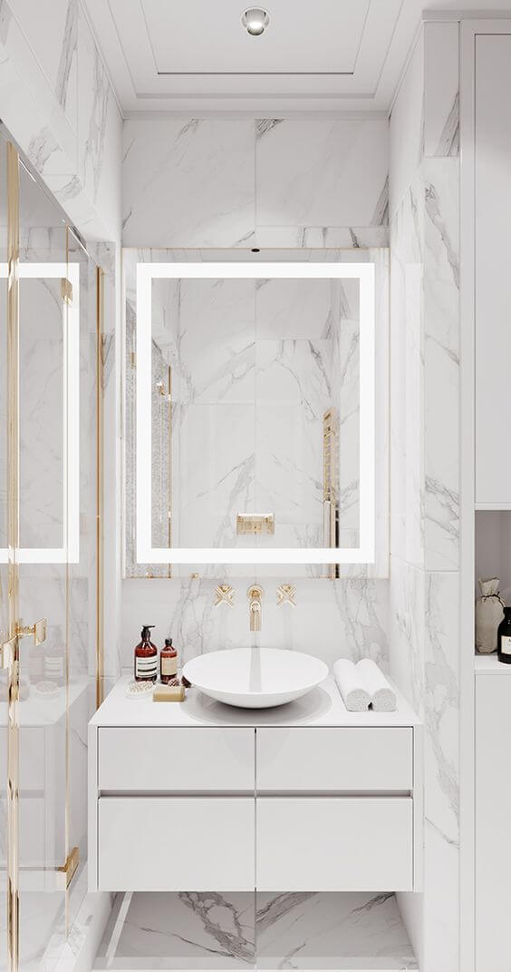 Banheiro moderno com revestimento marmorizado e espelho de led