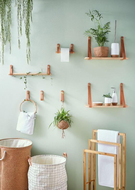 Banheiro verde claro com itens de madeira