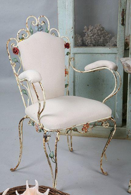 Cadeira de ferro branca com detalhes de flores