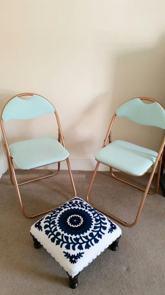 Cadeira de ferro dobrável com estofado azul