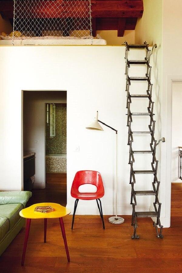 Cama com mezanino com escada retrátil